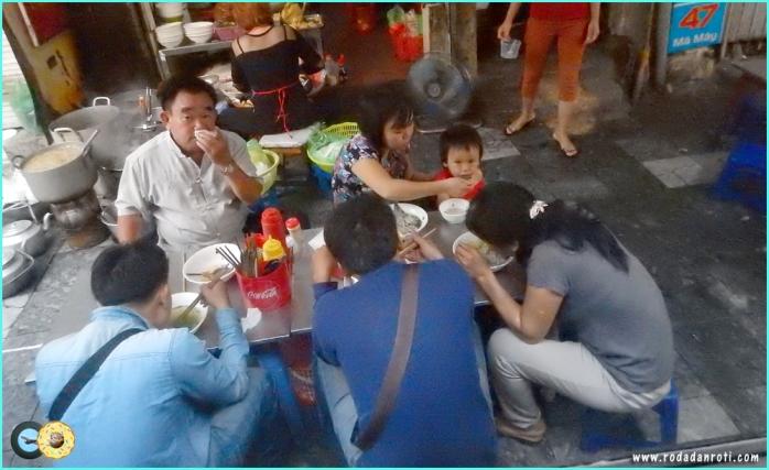 meja kursi aanak tk untuk makan di warung vietnam