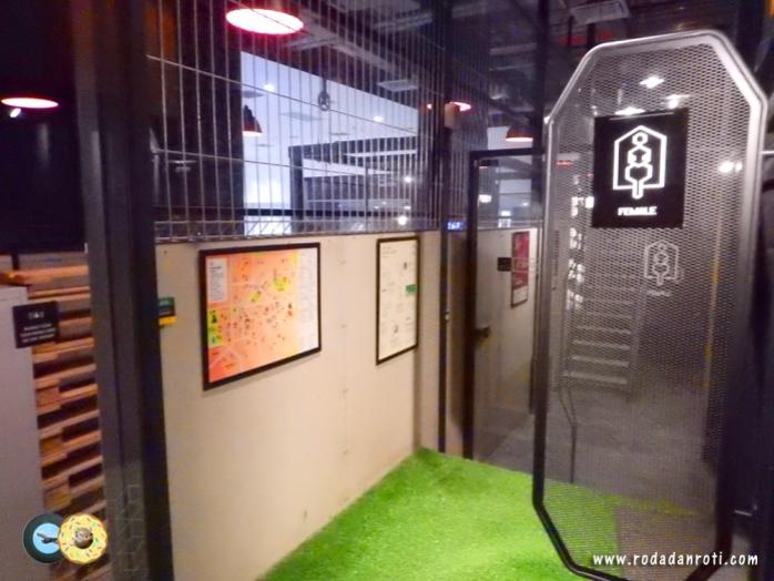 jalan menuju toilet wanita capsule by container hotel klia2 malaysia copy